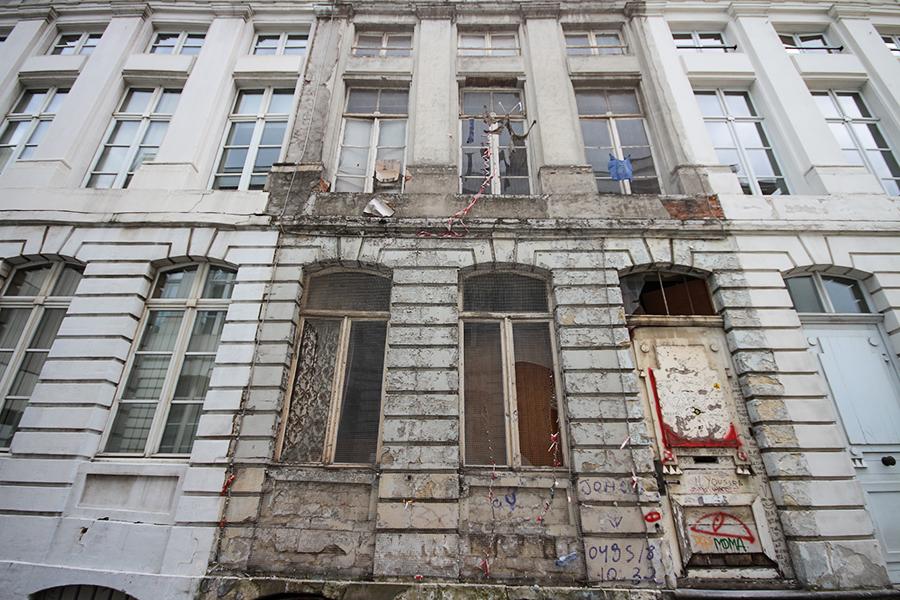 Restorasyon sırasında özellikle eski görünüm bırakılmış bir bina - Brüksel