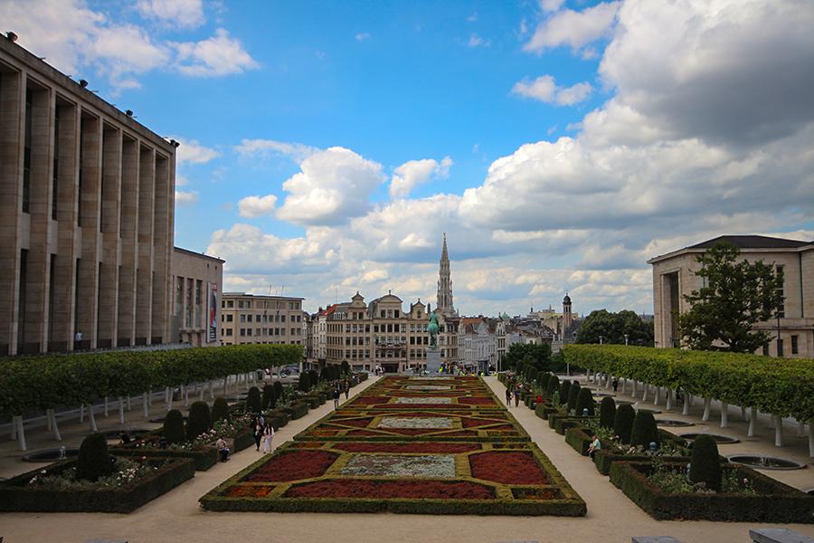 Grand Place'ın oradaki bahçeler ve Belediye Sarayı'nın Kulesi